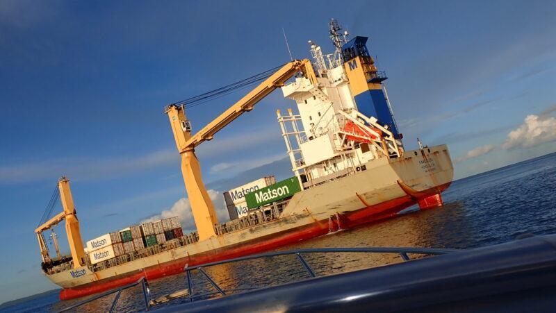 サイパン寄港中のコンテナ船